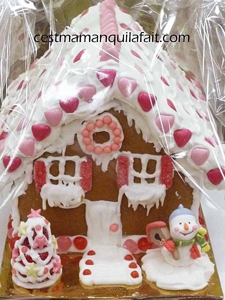 Maison en pain d'épice  Recette et astuce : http://www.cestmamanquilafait.com/article-faire-un-chalet-en-pain-d-epice-trucs-et-astuces-62918857.html