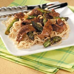Asparagus Beef Lo Mein This flavorful stir-fry is easy and relatively inexpensive. #beef #recipe