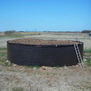 Je huis of water verwarmen door composteren, het kan echt! Met een biomeiler kun je flinke hoeveelheden warmte en biogas produceren. En na afloop van het composteerproces is er geen restafval, maar hoogwaardige compost. Stichting Biomeiler werkt aan verdere ontwikkeling van deze methode. Doe je mee?