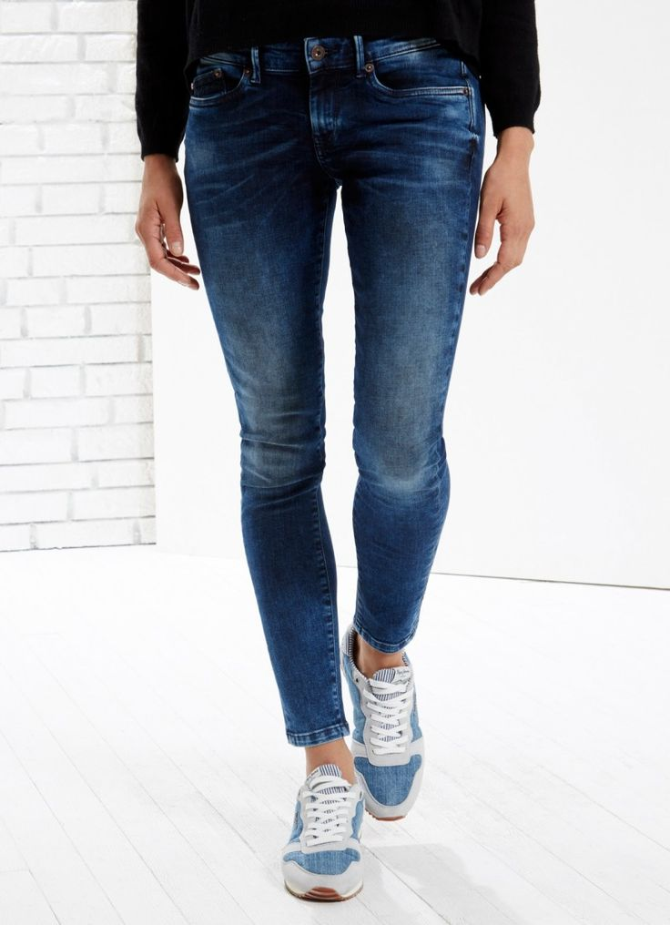 Jean de 5 bolsillos de fit skinny y cintura estándar. Lavado medio y pierna estrecha..