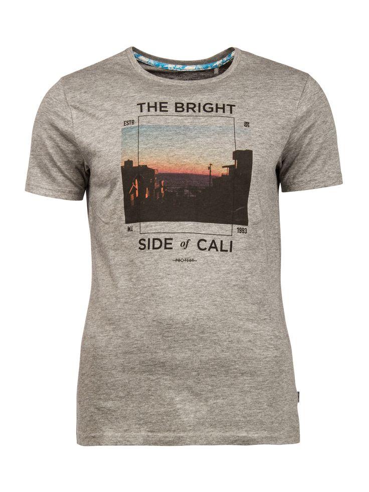 Het Remake T-shirt van Protest is verkrijgbaar in diverse kleuren en heeft een grote fotoprint op de voorkant. De dunne lijnen en tekst omlijsten de afbeelding. De gouden tinten van de zonsondergang zorgen voor een relaxte en klassieke uitstraling. Het 100% katoenen Remake T-shirt heeft een slim fit-pasvorm en is perfect voor deze zomer.