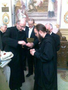Broeder Hugo ontvangt van de rector van het heiligdom van Sint Gerlachus in Houthem een reliek van de heilige voor de kluiskapel in Warfhuizen