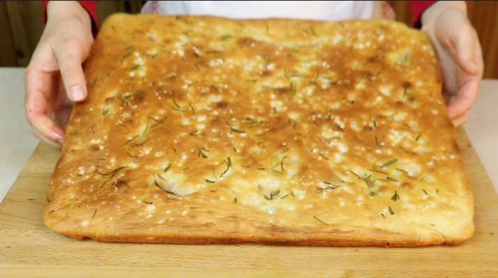 Facciamo insieme una focaccia facile e veloce da gustare ad ogni ora del giorno, da usare al posto del pane, per la merenda,