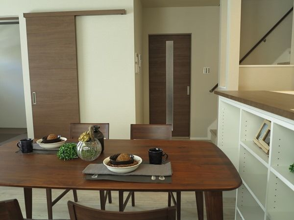 フローリングがホワイト系 ドア 建具の色に合せてウォールナット無垢材の家具でコーディネート フローリング 建具 家具