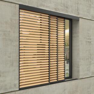 Duco Ventilation & Sun Control, toonaangevend op het vlak van natuurlijke ventilatie- en zonweringsystemen, combineert met de DucoSlide LuxFrame Wood opnieuw het beste van twee werelden. De houten lamellen in een aluminium kader zorgen voor een optimale zonwering met behoud van daglicht. De DucoSlide LuxFrame Wood is het ideale huwelijk, geïllustreerd door de perfecte symbiose van houten lamellen in een aluminium kader.