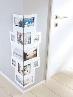 Postkarten und Fotos einfach nur aufreihen? Wie langweilig! Kleben Sie Ihre Schnappschüsse einfach mal übereck mit doppelseitigem Klebeband oder präsentieren Sie sie in einem entsprechenden Rahmen.