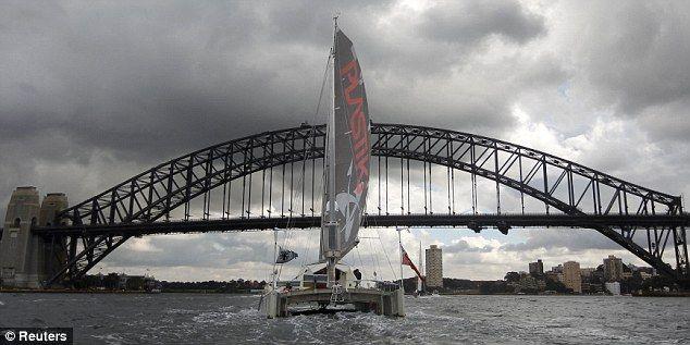 Message vert: Le 60 pieds de long catamaran Plastiki, construit à partir de bouteilles en plastique, sous le Harbour Bridge de Sydney