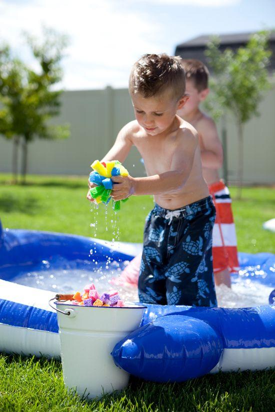 Con este calor lo mejor es…. WATER PARTY!!!        Con globos:     Una guerra campal       Fuente       o una piñata       Fuente     Con e...
