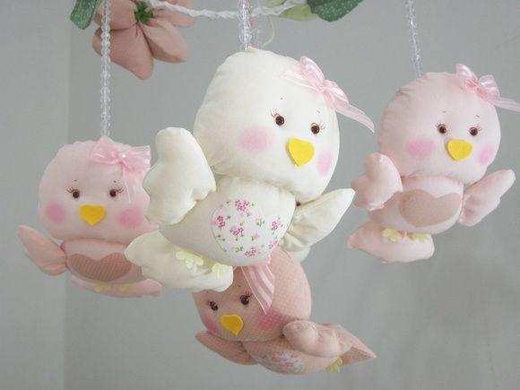 Móbile de berço com 5 passarinhos e 3 flores .