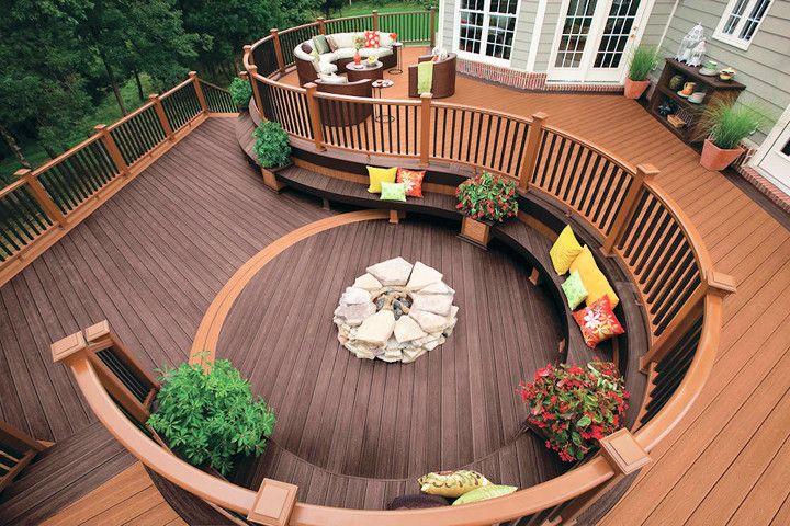 Decks de madeira garantem charme para áreas externas e até interas de casa - confira aqui dicas de como instalar o seu em casa.