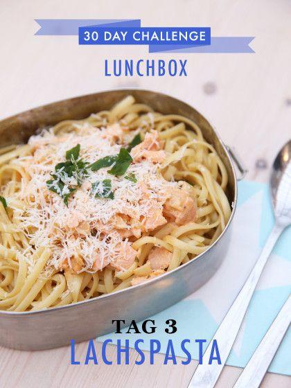 30 day challenge: Jeden Tag ein leckeres Mittagessen für die Büro-Lunchbox zubereiten. Leckere Bandnudeln mit Lachs und leichter Weißweinsoße waren das Mittagsessen an Tag 3 der Challenge.