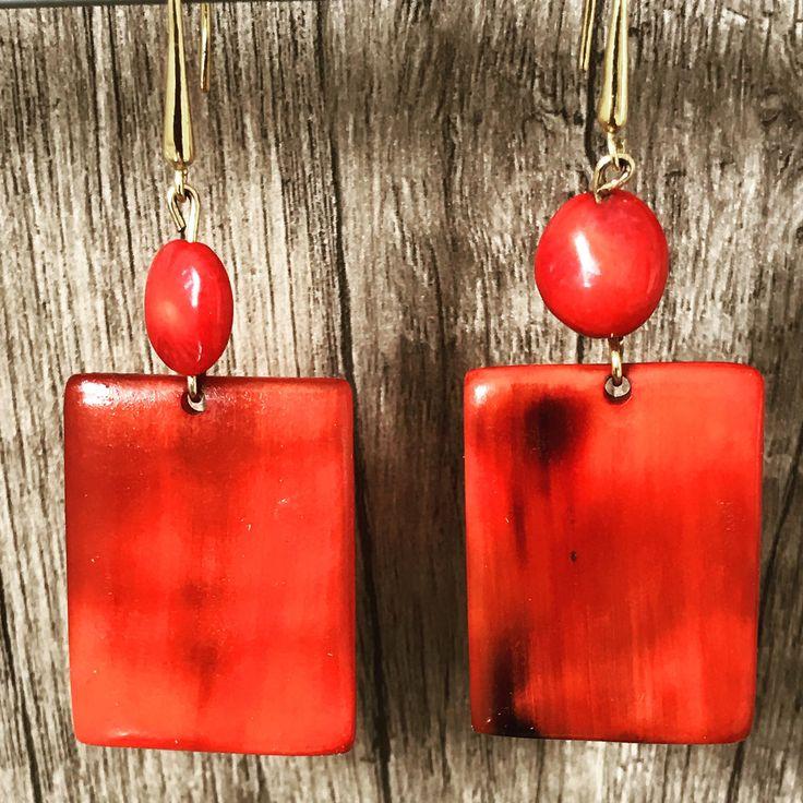 Boucles d'oreilles 2C Rouge Corne & Corail • Création Unique de Créateur • Vente Solidaire issues du Commerce Equitable !  La corne est une matière naturelle et durable. Elle est unique par ses couleurs riches et diverses.   Dans notre Atelier de Fonds-des-Blancs dans le sud de la régio