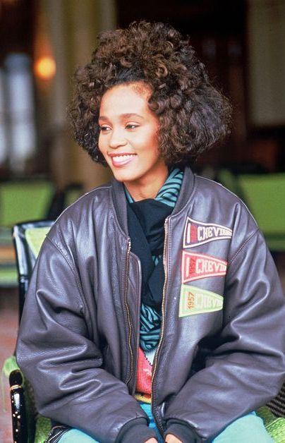 Le 11 février 2012, et à quelques heures seulement du gala de la cérémonie des Grammy Awards où elle devait se produire, Whitney Houston, âgée de 48 ans, était retrouvée inanimée dans la baignoire de sa chambre d'hôtel. Selon les conclusions de l'enquête réalisée à l'époque, l'iconique chanteuse est morte noyée après une crise provoquée par une maladie cardio-vasculaire et une surdose de cocaïne.