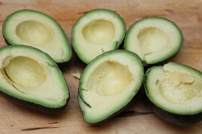 No brown guac Dissolve 1/4 cup sea salt in 2 cups of water.  Add the peeled and stoned avocados to the salt water, and leave them in for about 5 minutes. ...