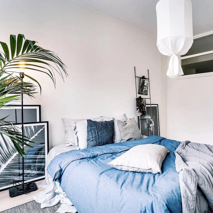 Все чаще и чаще мы встречаем кровати, в которых прекрасно соседствует льняное постельное белье и хлопковое✌🏻 Например, на фото светло-серый смягченный лён и самые разные оттенки синего хлопка🌿И ведь это хорошо!🙌🏻 #вдохновение_льном #красивоспать #лен #постельноебелье #постель #декор #текстиль #дом #дизайнинтерьера  #интерьер #эко #здоровье