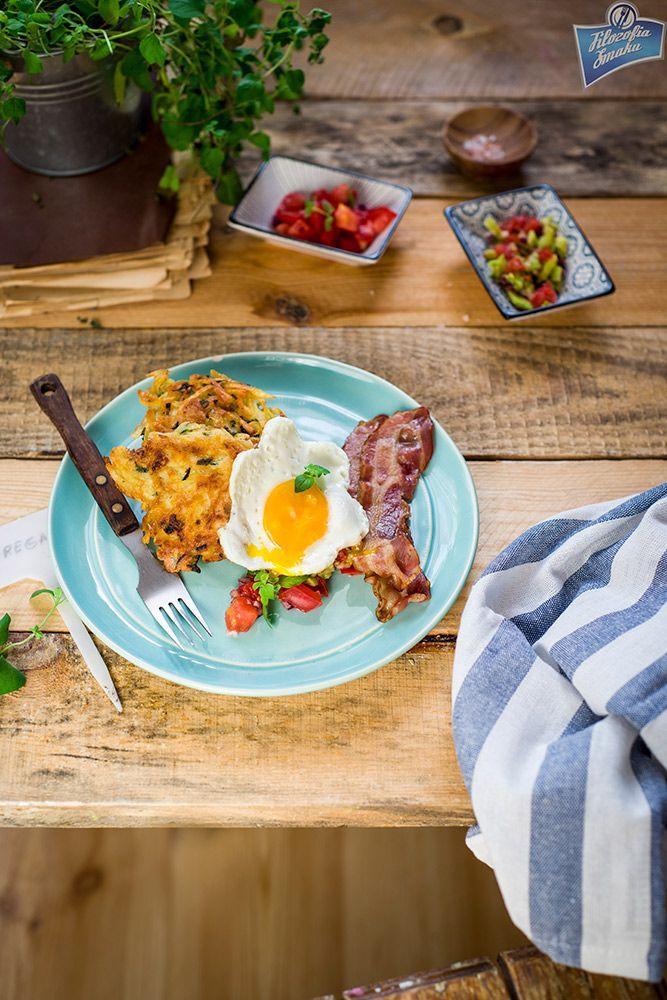 Chrupiące placki ziemniaczane z boczkiem Kaminiarz, jajkiem na miękko, salsą i awokado.