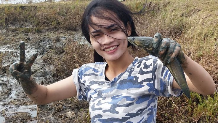 WOW Beautiful girl catch small fish & big fish by hand on Pond in Cambod...