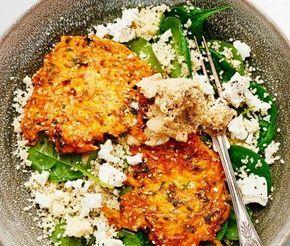 Vackra morotsrårakor med en doft av persilja steks tills de blir gyllene och krispiga. Servera med en matig quinoasallad smaksatt med lena små babyspenatblad och smulad snällost. Lägg upp en sked nötig kikärtsröra smaksatt med spiskummin och sesamfrön och ät er mätta. Denna middag är en explosion av färger, smaker och dofter som harmonierar fint med varandra.