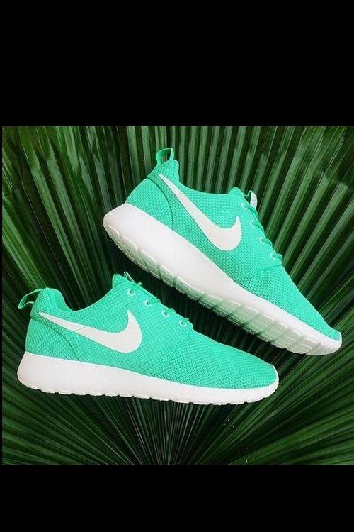 Zapatillas Nike. Color turquesa, combinado con el color blanco. Comodas