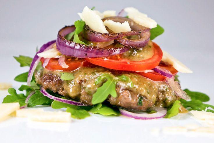 Ich hab Burger gemacht, diesmal oben und unten ohne :) Mein Low Carb Brotloser Burger besteht aus saftigem Rindfleisch, selbstgemachtem Parmesandressing.