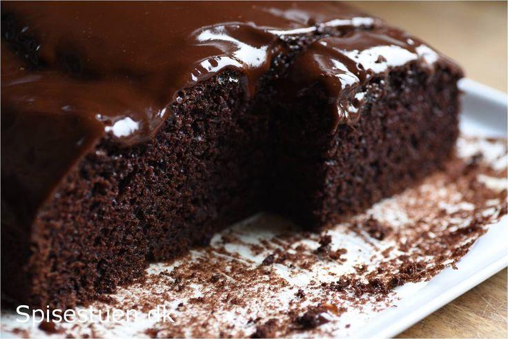 Det er sådan her en chokoladekage skal være! Mørk og lækker med dyb smag af chokolade og svampet og luftig i konsistensen :-) Jeg bagte en prøveversion i sidste uge, og den fik en chokolade-kaffe g…