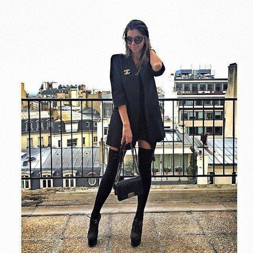 Plataformas, calcetines a la altura del muslo, minifalda y un blazer, ideal para una tercera cita. | 24 Chicas que te inspirarán a usar negro de pies a cabeza