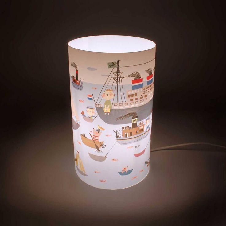Kinderkamer lamp met boten illustratie van Fiep Westendorp, ze maakte deze ooit voor een wandschildering voor de kinderkamer van het cruiseschip 'Nieuw Amsterdam' van de Holland Amerika Lijn, in 1962. Lamp van Art By Print, € 39,95