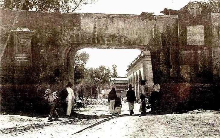 """GARITA DE CHAPULTEPEC 1884  A partir de 1869 se hicieron muchos trabajos, sobre todo de limpieza, se removió cascajo, se quitaron miles de metros cúbicos de tierra, se colocó la fuente de la glorieta central y se abrieron alcantarillas con coladeras de chiluca. Y, desde luego, se revocó el decreto aristocrático y el 17 de Febrero, por orden del """"C. Presidente de la República Benito Juárez"""", Calzada Degollado se destinó a paseo público. Su tramo comprendía de la estatua de Carlos IV a la ..."""