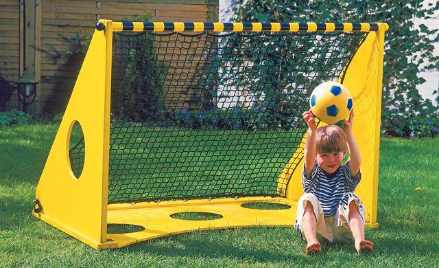 Folgen Sie einfach der Bauanleitung: Wenn Sie die Torwand selber bauen, werden Sie schon bald mit Ihren Kindern im Garten kicken können