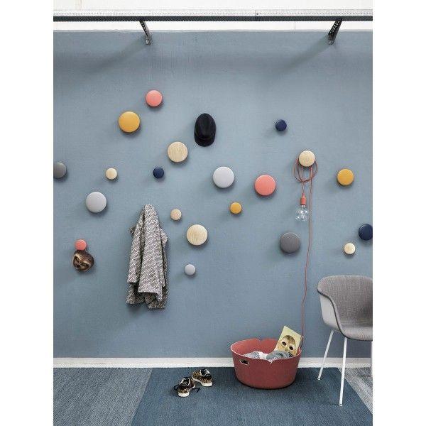 Met de The Dots haak small van @muuto maak je je eigen kunstwerkje aan de muur. Zonder jas, sjaal of tas zijn de dots al helemaal in de haak. En willen die toch aanhaken, dan maken de haakjes geen bezwaar. De The Dots haak small zijn er ook in medium en large. Zo kun je behalve in kleur ook in afmeting variëren. #hal #wonen #living #design