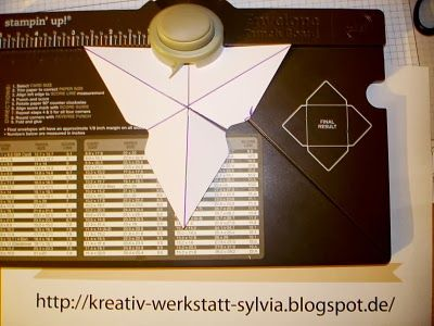 Use google translate....this page is full of brilliant ideas for the envelope punch board. Including bow making even!