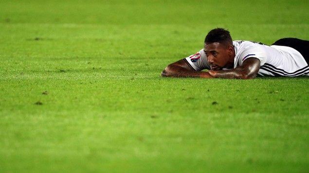 Der Nationalspieler Jérôme Boateng liegt vor der Verlängerung im Viertelfinale Deutschland gegen Italien bei der Fußball-EM 2016 in Frankreich im Stade de Bordeaux am 2.7.2016 auf dem Rasen. (picture alliance / dpa / epa / Armando Babani)