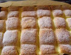 Fantastický koláč s tvarohovou náplní. Vrch posypaný moučkovým cukrem. Dobrou chuť!