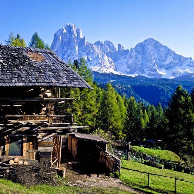 Südtirol Hütte schneebedeckte Berge im Hintergrund