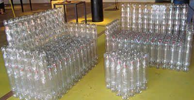 sofa com garrafas pets