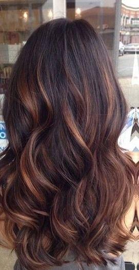 Bardzo długie i ciemne włosy z jasnymi refleksami