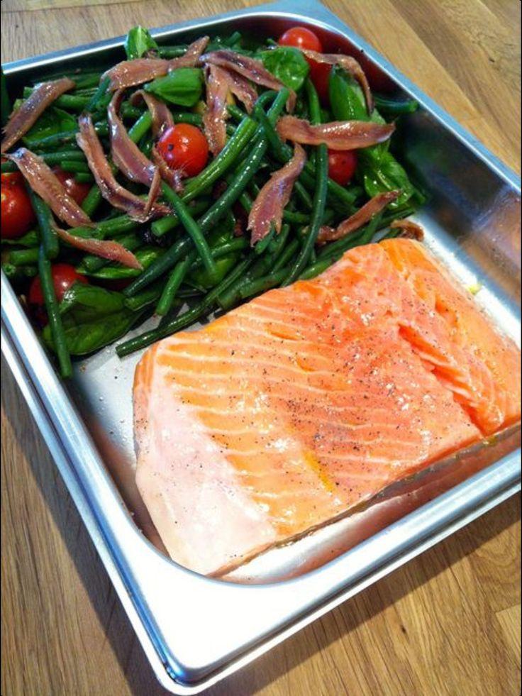 Zalm, boontjes, olijven, tomaten en ansjovis. Plm. 15 minuten in de oven. Bonen even blancheren.
