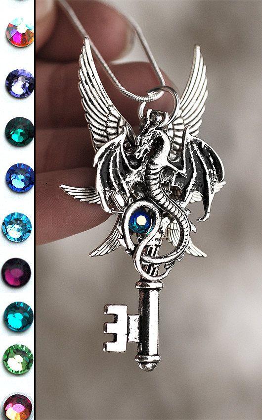 Halskette mit sechs geflügelte Drache von KeypersCove auf Etsy