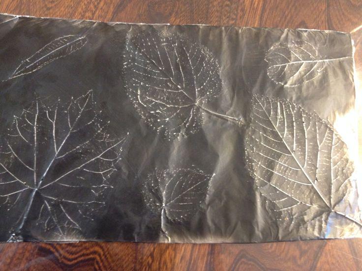 bricolage d 39 automne coller les feuille sur un carton m tre du papier aluminium ajouter de la. Black Bedroom Furniture Sets. Home Design Ideas