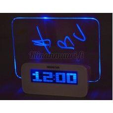 Sinisellä taustavalolla varustettu herätyskello muistiolla