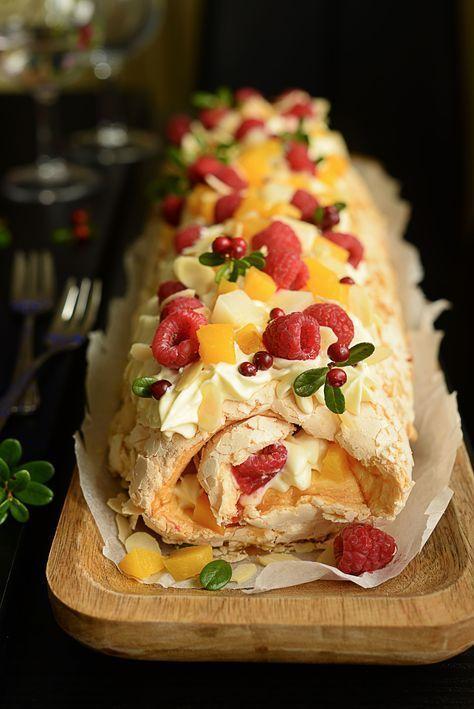 Marengsrullekake med frukt og bær