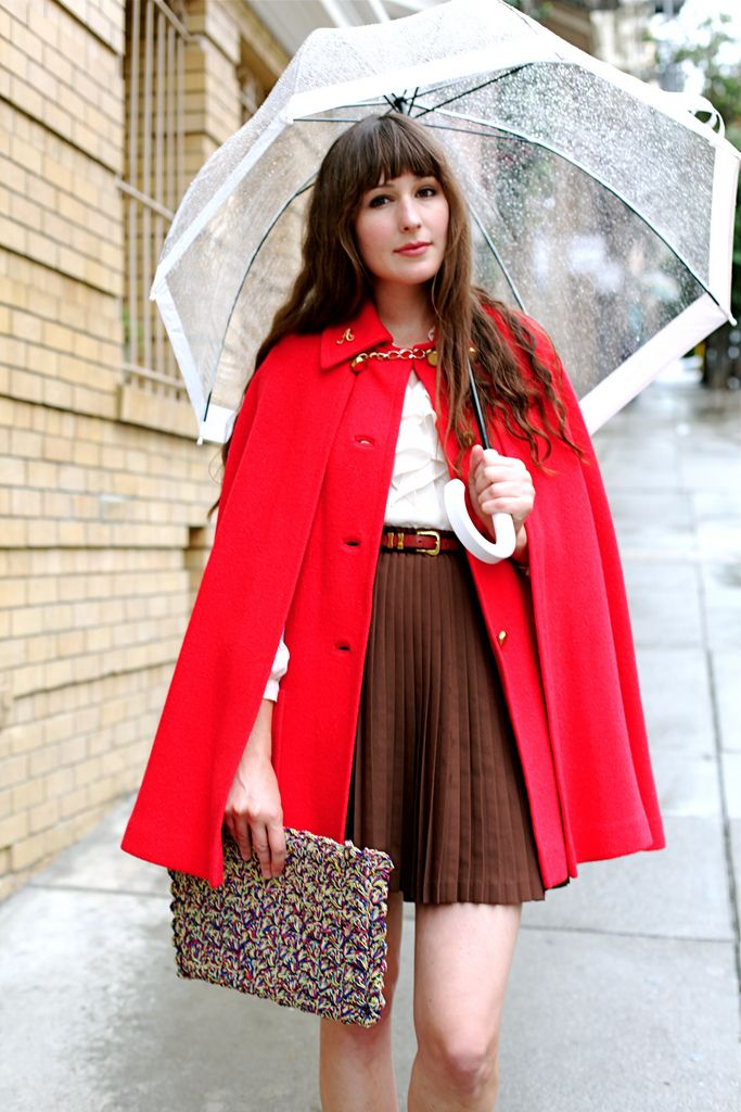 Rainy day style: a red cape and retro umbrella.: Fashion, Umbrellas, Little Red, Red Outfits, Red Capes, Adorable, Rainy Day Style, Red Riding Hoods, Wear
