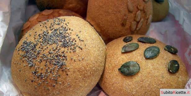 Panini integrali ricoperti con vari tipi di semi, come semi di girasole, semi di zucca, di sesamo e di lino. Provate questa semplice ricetta.