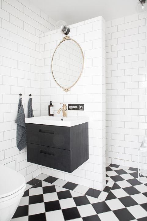 Renoverat badrum med dusch bakom kaklad vägg