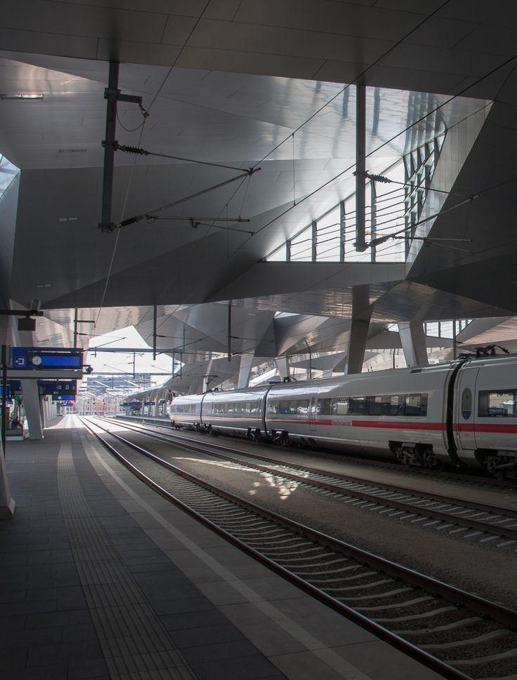 Mit dem Zug zum Flughafen Wien. Der ICE steht gerade in Wien Hauptbahnhof.