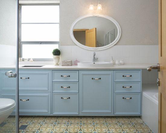 הבית של עידה- ארון האמבטיה של אורי ותמר. החזיתות נצבעו ונוספו להן קרניזים. על הדפנות- להדביק פורמייקה תואמת