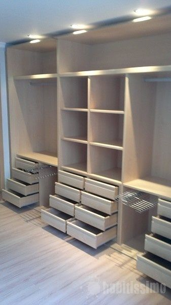 Disposición de vestidor con gran capacidad. #BrandsSociety #vestidor #closet
