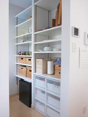 キッチンのパントリーも、PPケースを使ってスッキリと。半透明なので、うっすらと中に入っているものが見える所も魅力的です。