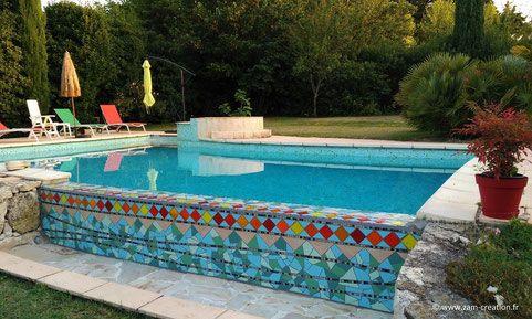 Débordement de piscine en mosaïque contemporaine réalisé par Zam-création, intégralement à la main. Décoration unique, sur-mesure pour piscine sur commande contact@zam-creation.fr