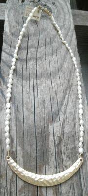 Κοντό κολιέ με άσπρα μαργαριταράκια και χρυσή λαιμαριά | myartshop